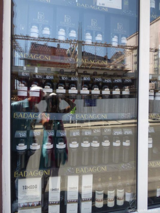 Ассортимент спиртного в одном из магазинов Грузии