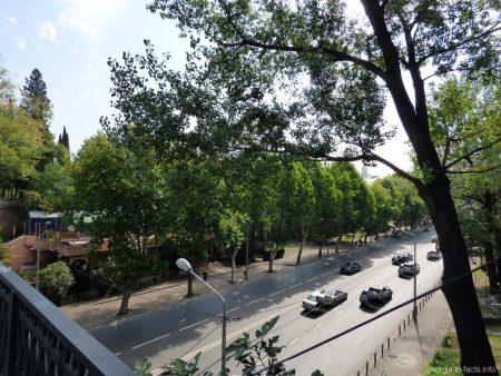 Автострада под сухим мостом в Тбилиси