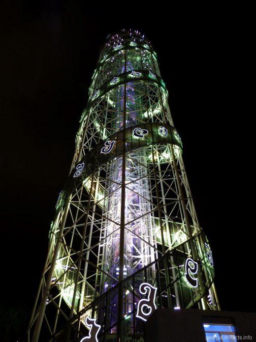Батумская Башня алфавит вблизи в ночное время