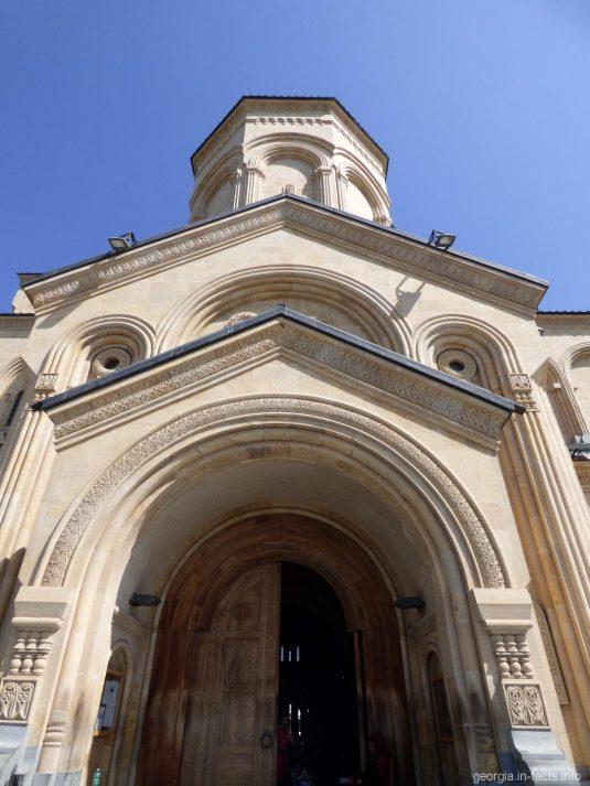 Боковой вход в храм Самеба