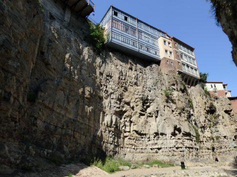 Дом над обрывом в Тбилиси