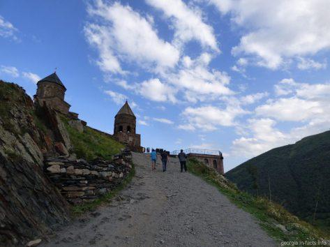 Дорога к церки Гергети в Казбеги