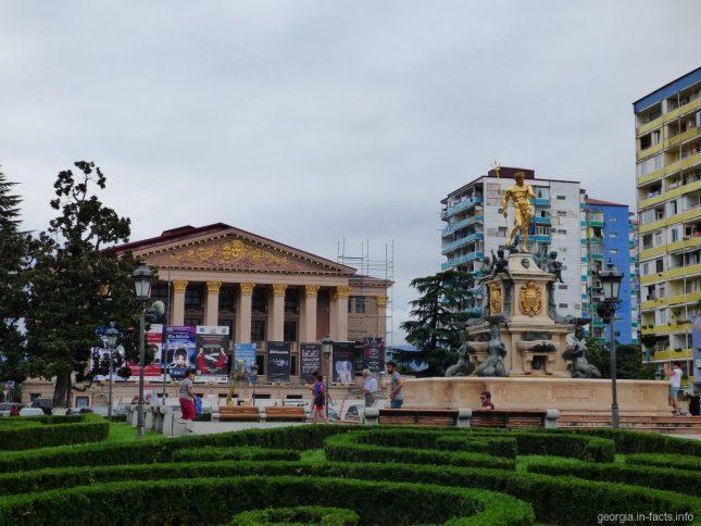 Драматический театр и фонтан Нептун в Батуми
