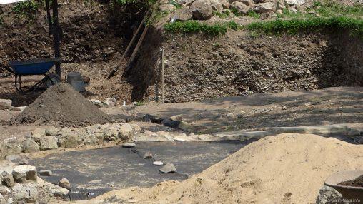 Древние фундаменты на территории крепости Гонио