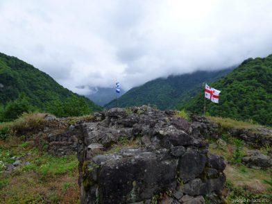 Флаги на крепости Гвара, Грузия