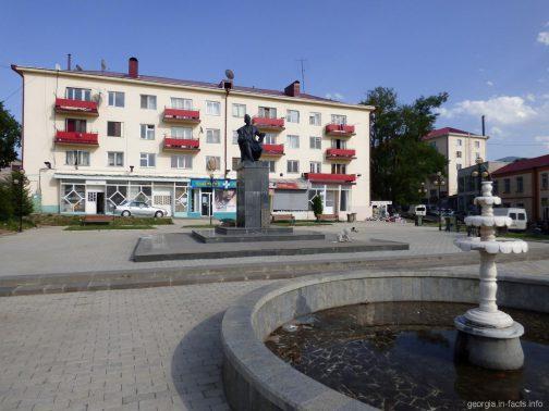 Фонтан и памятник в центре Ахалциха