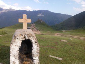 Фото Гергети на фоне креста