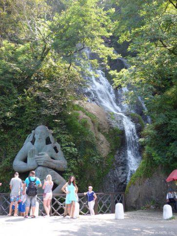 Фото на фоне водопада Св Андрея Первозванного в Грузии