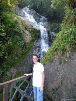 Фото на фоне водопада в Грузии