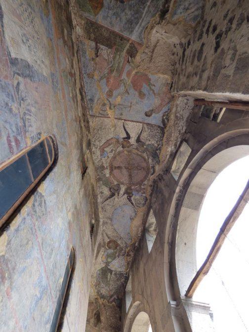 Фрески на потолке и стенах в храме Вардзии