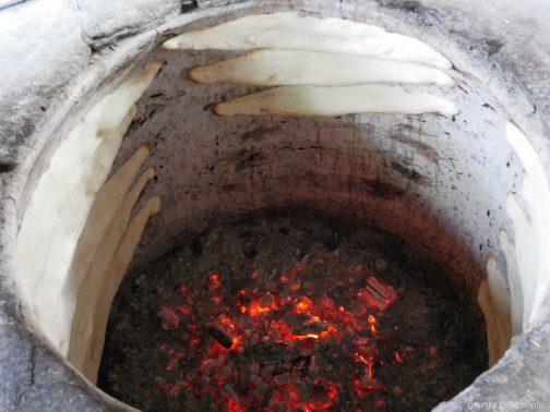 Грузинский хлеб в печи на экскурсии в Кахетию, Грузия