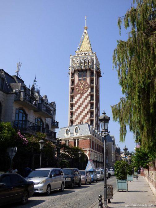 Главная башня площади Пьяцца в Батуми