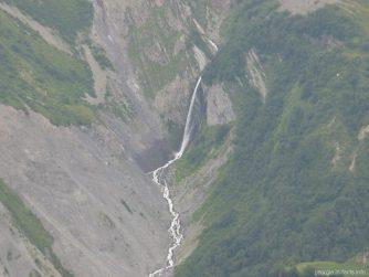 Горный водопад далеко внизу