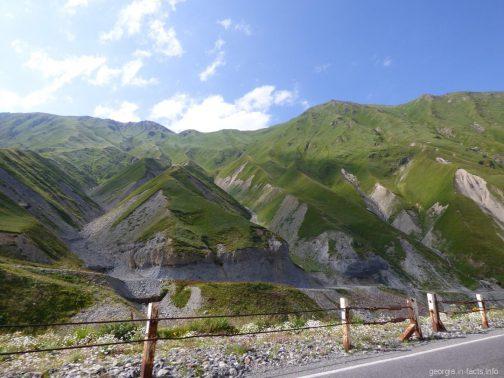 Горы на высоте ближе к перевалу