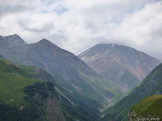 Горы рядом с Гудаури экскурсия из Тбилиси