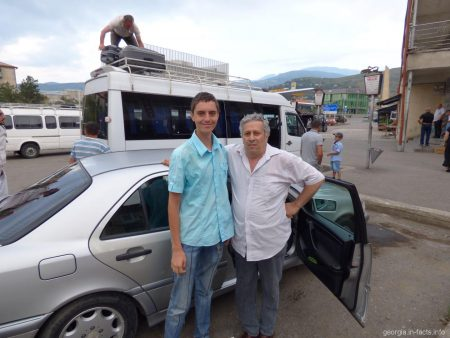 Хозяин дома Ризо на автовокзале города Ахалцихе
