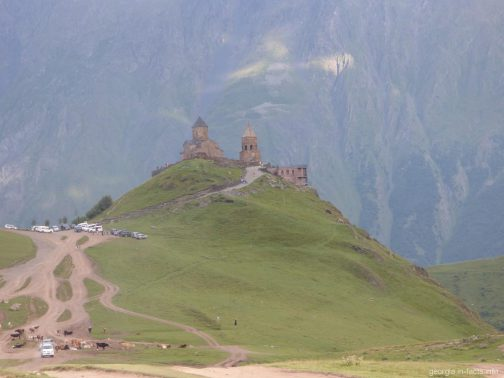 Храм Гергети рядом с горой Казбек