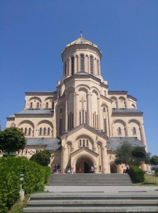 Храм Цминда Самеба сбоку, Тбилиси