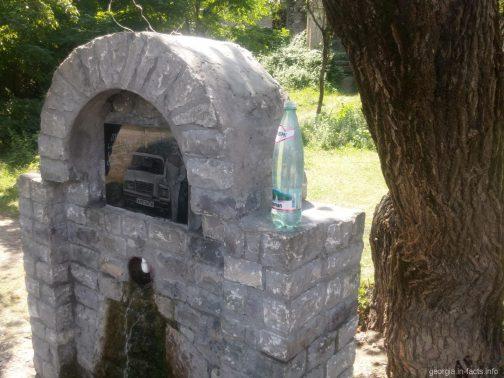 Источник с питьевой водой у крепости Ананури