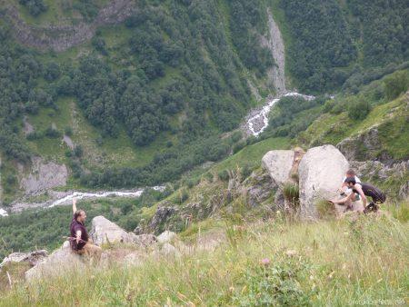 Камень над обрывом около Арки дружбы народов в Грузии