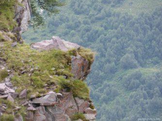 Камень над пропастью, где любят фотографироваться туристы