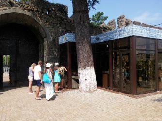 Касса при входе в крепость Гонио