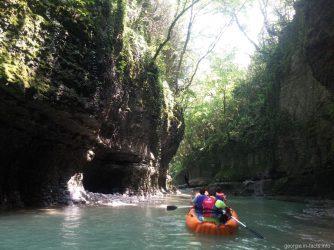 Катание по каньону Мартвили на лодке