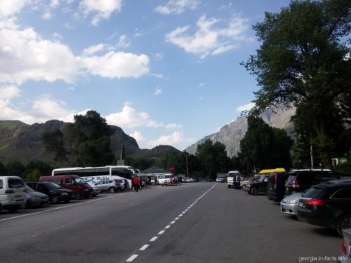 Количество туристов в Казбеги и парковка