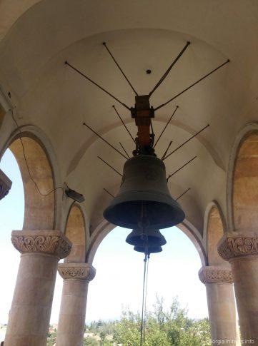 Колокола в звоннице на территории Храма Самеба