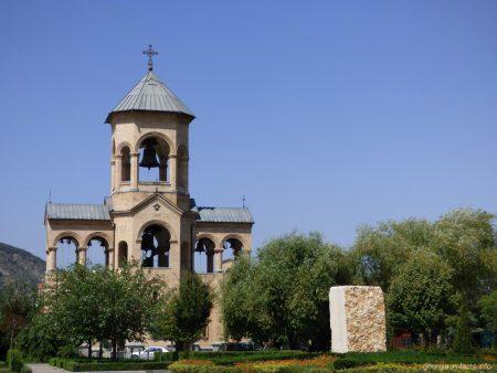 Колокольня на территории храма Цминда Самеба в Тбилиси
