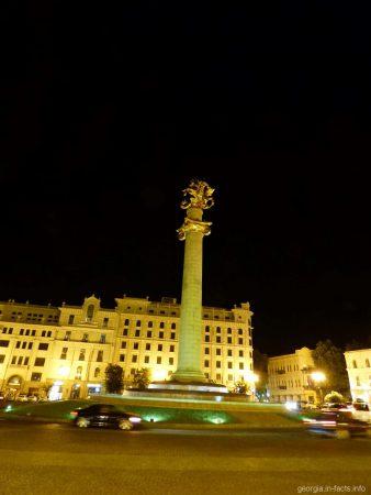 Колонна с памятником в центре площади Свободы в Тбилиси