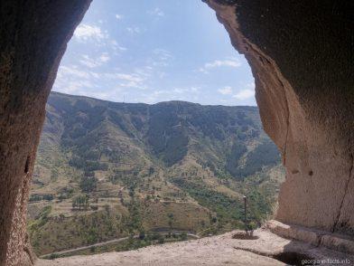 Красивая панорама из пещеры в Вардзии