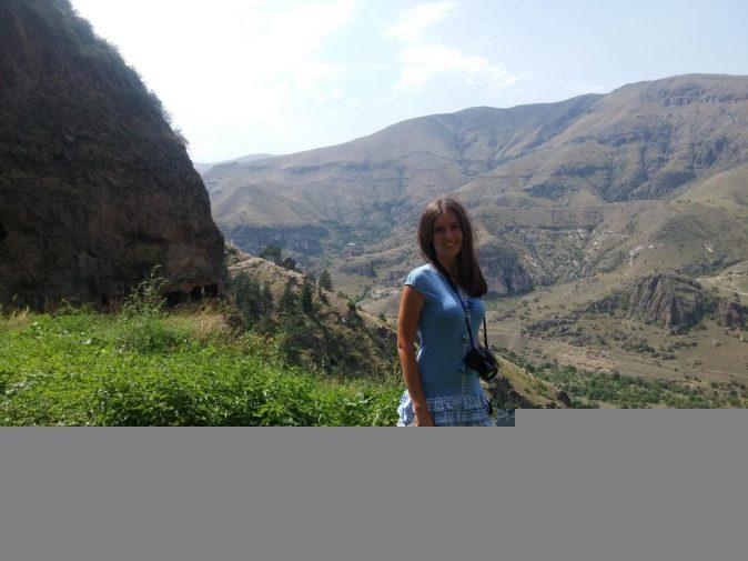 Красивое фото на фоне гор рядом с Ванис Квабеби