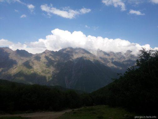 Красивые горы по дороге к Гергети