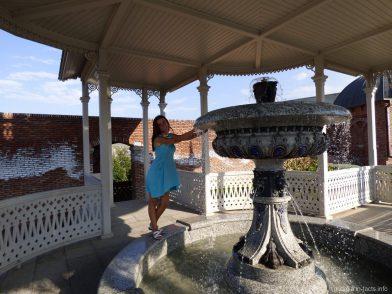 Красивый фонтан в крепости