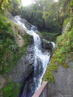 Красивый водопад в Грузии