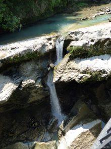 Красивый водопад в каньоне Мартвили