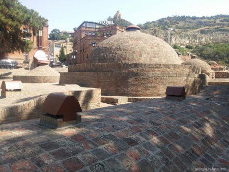 Крыши серных бань в Тбилиси