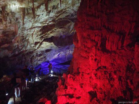Лестницы в пещере Прометея в Грузии