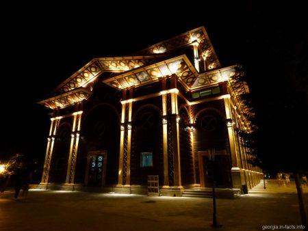 Летний театр в Батуми вечером