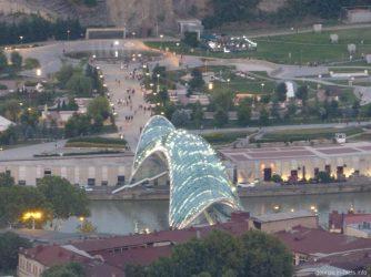 Мост Мира и парк Рике в Тбилиси вечером