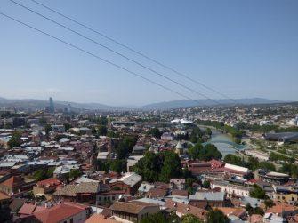 Мост Мира и старая часть Тбилиси во время катания на подвесной дороге