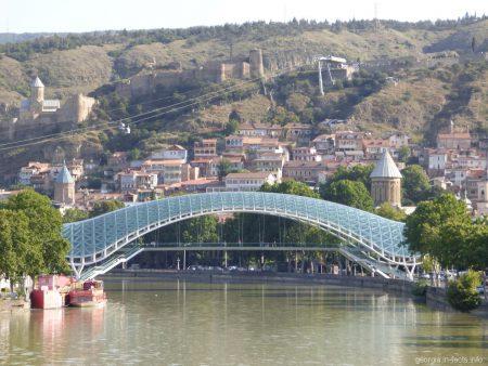 Мост Мира в Тбилиси днем