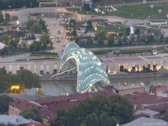 Мост Мира в вечернее время, Тбилиси