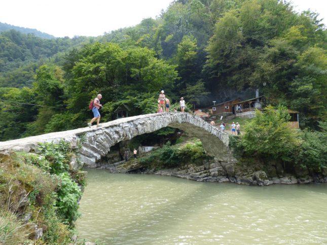 Мост царицы Тамары во время экскурсии