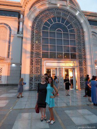Мы с Софией возле оперного в Батуми
