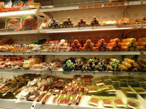 На полках.супермаркета Гудвил в Батуми