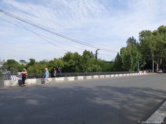 На сухом мосту в Тбилиси