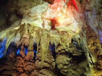 Нависающие пики сталактитов под потолком пещеры Прометея в Кутаиси