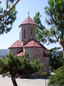 Небольшая церковь на территории храма Самеба